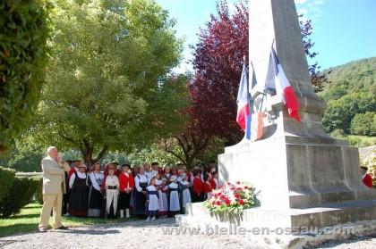 Dépôt de gerbe au monument aux morts