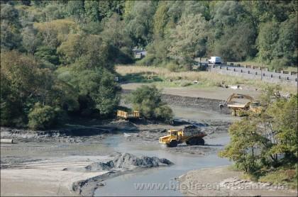 Camions et pelleteuses dans le lac de Castet