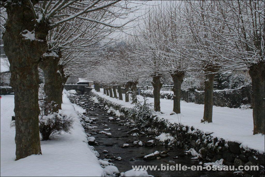 bielle sous la neige bielle en vall e d 39 ossau. Black Bedroom Furniture Sets. Home Design Ideas